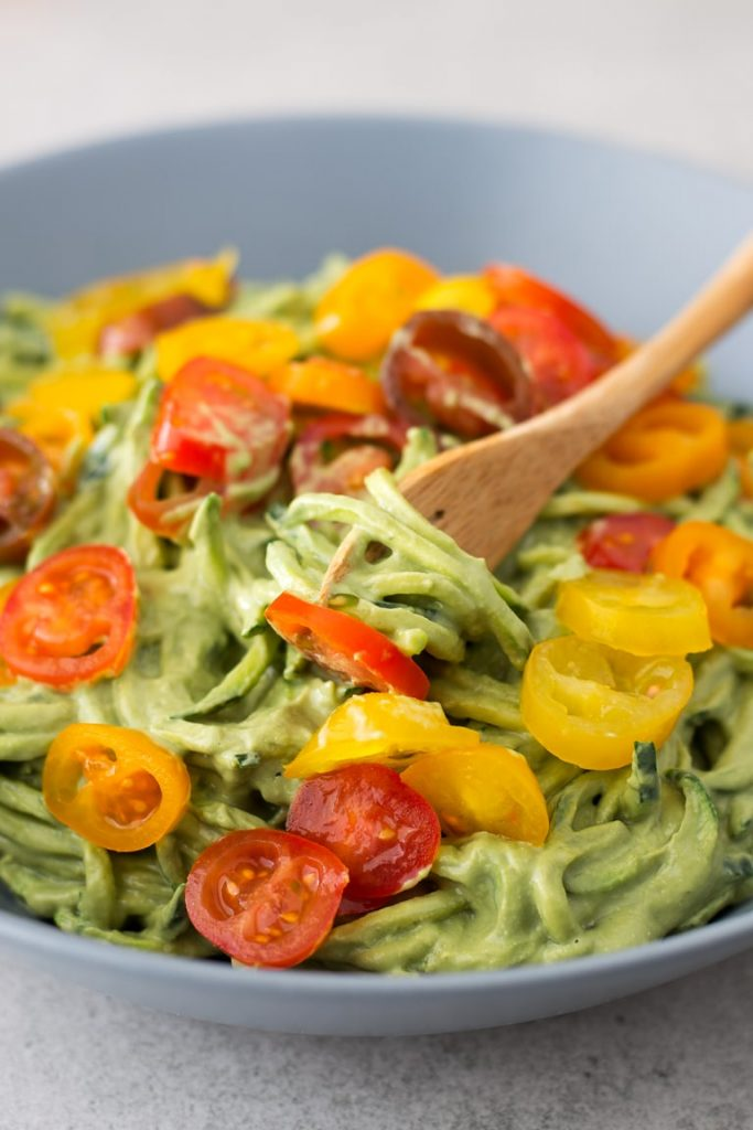 Cheap ket meals: Zucchini noddles with avocado sauce